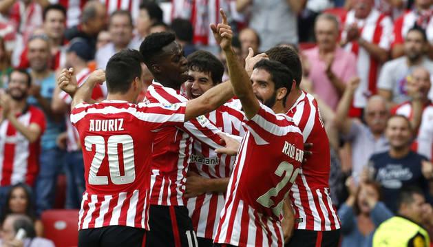 El navarro Mikel San José es felicitado por sus compañeros tras marcar el primer gol ante el Sevilla