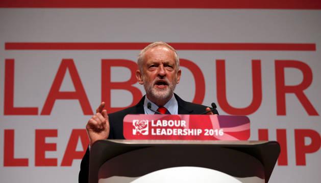 El líder del Partido Laborista de la oposición de Gran Bretaña, Jeremy Corbyn, habla después del anuncio de su victoria en la elección de la dirección del partido, en Liverpool.