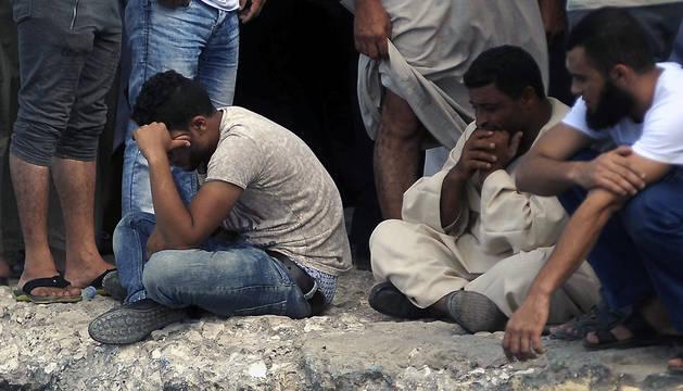 Familiares de las personas desaparecidas en el naufragio de un barco esperan el regreso de los equipos de rescate en el puerto de Rosetta.