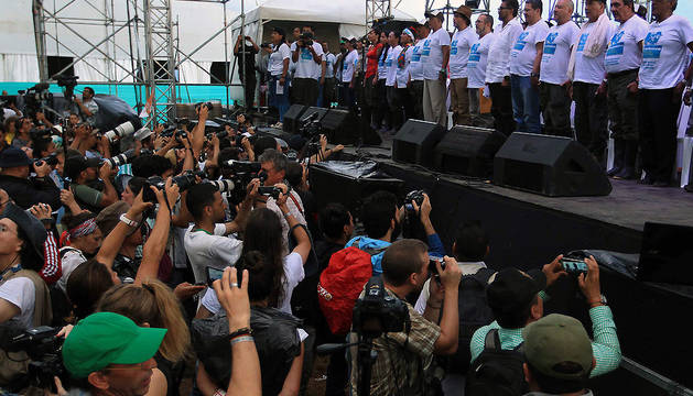 Miembros del estado mayor del secretariado de las FARC hacen presencia en la declaración política de la Décima Conferencia Nacional Guerrillera, este viernes en El Diamante (Colombia).