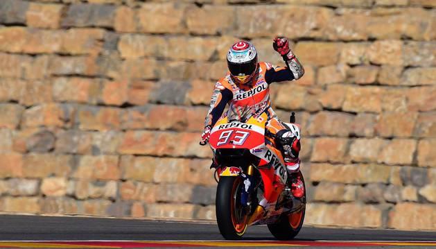 Márquez celebra la pole conseguida esta mañana en Aragón