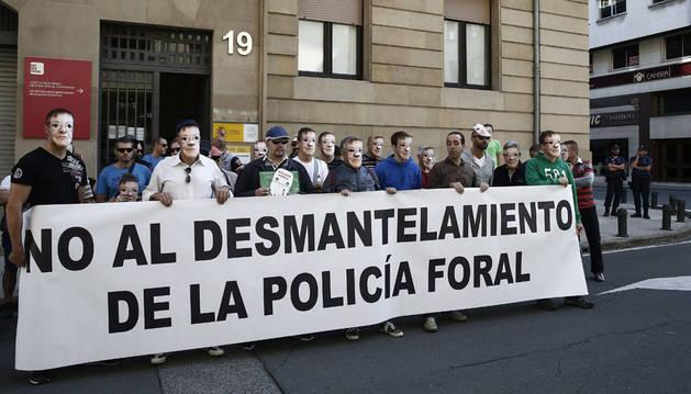Policías forales escenifican en una protesta su