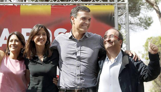 Pedro Sánchez, durante su participación en la fiesta de la Rosa del PSC, junto a la alcaldesa de Santa Coloma, Núria Parlon y el líder de los socialistas catalanes, Miquel Iceta (d) y la alcaldesa de Gavà, Raquel Sánchez (i).