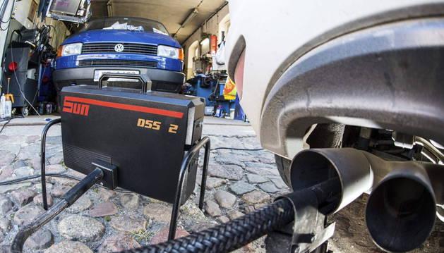 Un equipo portátil mide las emisiones del escape de un coche de del grupo Volkswagen equipado con el motor EA 189.