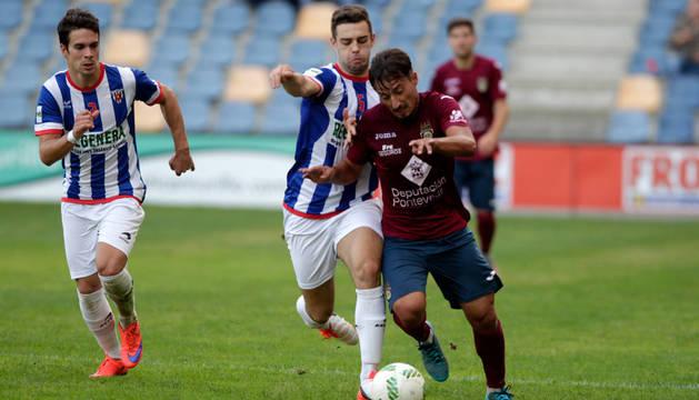 El jugador del Izarra, Josetxo, intenta frenar a un rival del Pontevedra