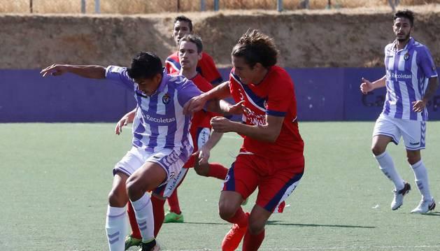 Albisu, central de la Mutilvera, frena el avance de un rival del Real Valladolid B ayer en Tajonar.