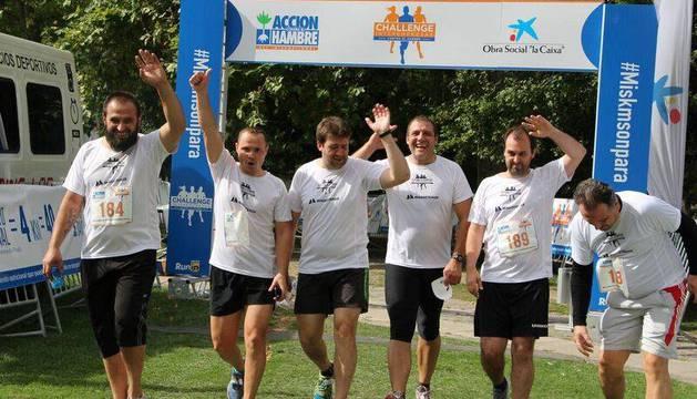 Varios corredores saludan satisfechos al llegar a la meta, en la Vuelta del Castillo