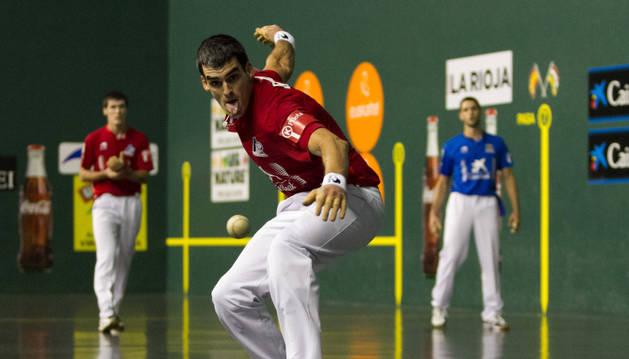 Joseba Ezkurdia golpea a una pelota en presencia de Rezusta y Albisu ayer en el Adarraga.