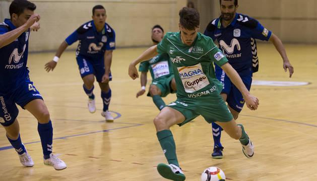 Alvarito conduce el balón ante varios jugadores del Inter Movistar en el último amistoso disputado en Noáin