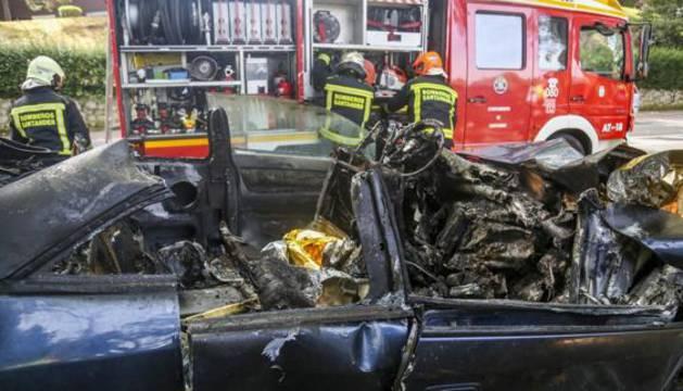 Así quedó el coche siniestrado después del incendio y la excarcelación.