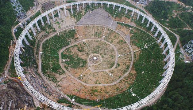 Foto tomada el 29 de julio de 2015, que muestra el radiotelescopio de apertura esférica de quinientos metros de radio (FAST) en construcción en Pingtang, provincia de Guizhou, suroeste de China.