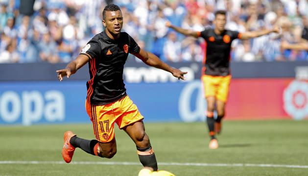 El centrocampista del Valencia Luis Nani celebra el gol marcado ante el Leganés