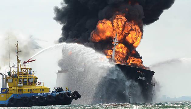 Continúa el incendio en alta mar del buque cisterna de Pemex