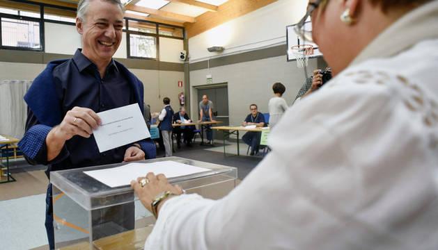 El lehendakari y candidato a la reelección por el PNV, Iñigo Urkullu, vota para las elecciones autonómicas esta mañana en un colegio electoral de Durango (Bizkaia).