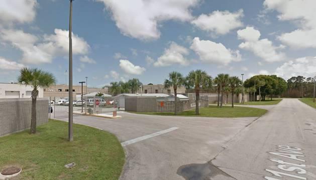 Entrada a la cárcel de Vero Beach, en Florida.