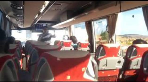 Un viajero pide matrimonio a su novia en el autobús que une Madrid con Pamplona