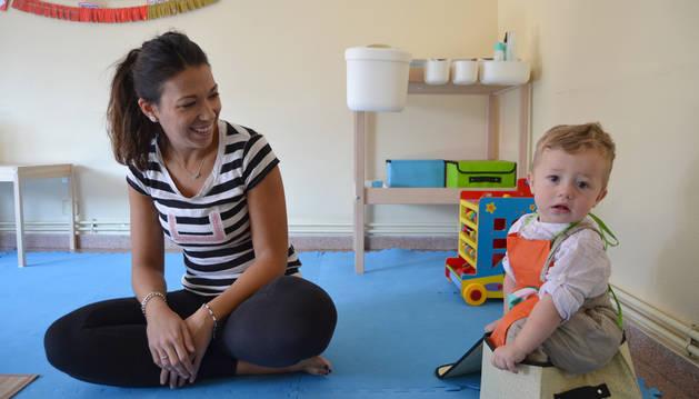 Gemma Mateo Fernández con Leo Marín Hornillos, de 15 meses, en la Casa Amiga de Azagra.