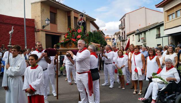 Decenas de cabanilleros acompañaron a su patrón, San Roque, en su procesión.