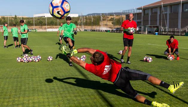 Álvaro se estira para intentar detener un disparo de Sanzol. A la derecha de a imagen observan los otros dos porteros del primer equipo, Nauzet y Mario.