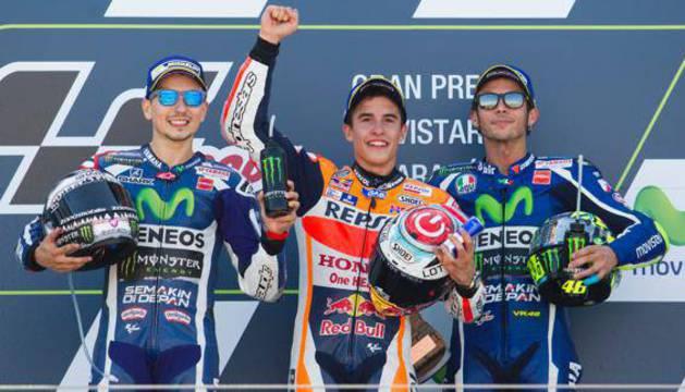 Lorenzo (i), Márquez (c) y Rossi, en el podio de Mortorland.