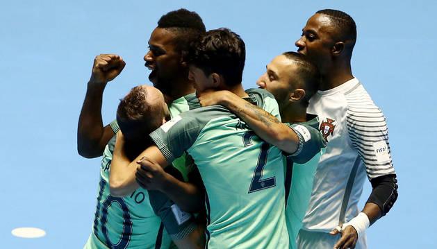 Jugadores de Portugal celebran después de anotar un gol ante Azerbaiyán