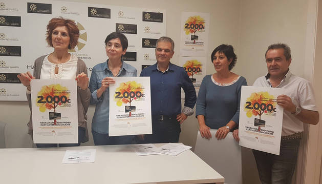 Desde la izda., los miembros de la asociación Elena Etxalar Martínez, Loreto San Martín Luis, Juan Andrés Echarri Garzón, Cristina Jordana Ganuza y José Flamarique Ganuza en la presentación de ayer de la campaña.