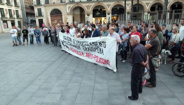 Instante de la concentración celebrada ayer en la plaza de los Fueros de Tudela.