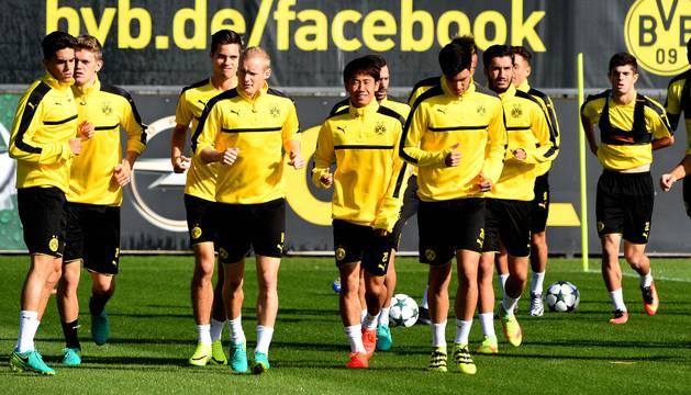 De izquierda a derecha, Marc Bartra, Lukasz Piszczek, Julian Weigl, Shinji Kagawa, Mikel Merino y Nuri Sahin, en el entrenamiento del lunes previo de Champions.