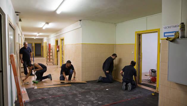 Varios trabajadores colocan el suelo nuevo para las oficinas de Asimec en el antiguo conservatorio.