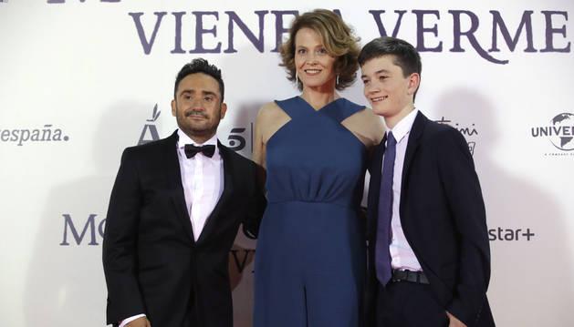 El director José Antonio Bayona (i) y los actores Sigourney Weaver (c) y Lewis McDougall (d), posan a su llegada al estreno en el Teatro Real.