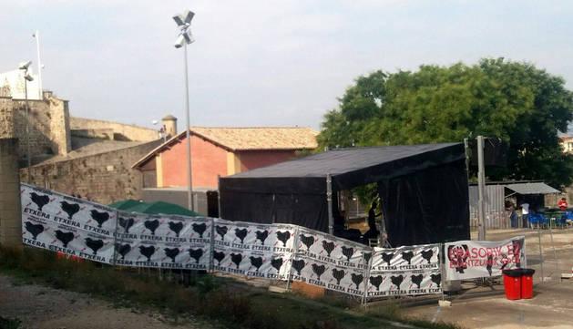 El escenario del Auzogune apareció encartelado el viernes por la mañana.
