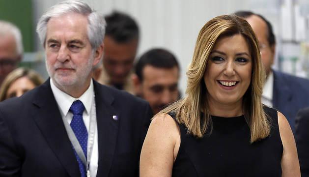 La presidenta de la Junta de Andalucía, Susana Díaz, junto al presidente de AIRBUS, Rafael González(i), durante su visita a la planta de Puerto Real (Cádiz).