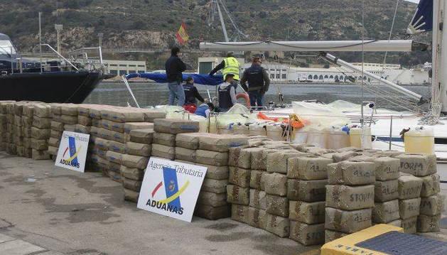 Imagen de varias  tonelaadas de resina de hachís interceptadas por un barco de Vigilancia Aduanera en Cartagena