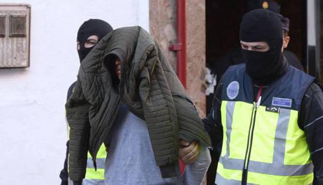 Dos policías trasladan al yihadista detenido en Valladolid.