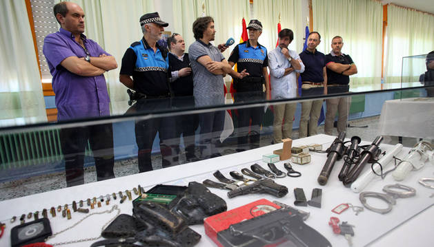 Algunas de las armas empleadas por la Policía Local, expuestas en el museo de la nueva sede.