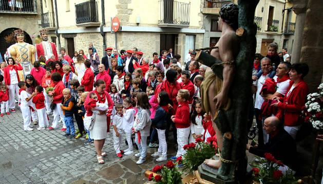 La ofrenda floral infantil a San Sebastián, que se realizó en la calle y con los gigantes, fue más concurrida.