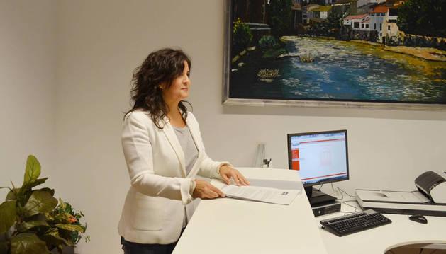 Maribel García Malo, registrando ayer las enmiendas de UPN al proyecto de ley del cuatripartito que regula la nueva renta garantizada.