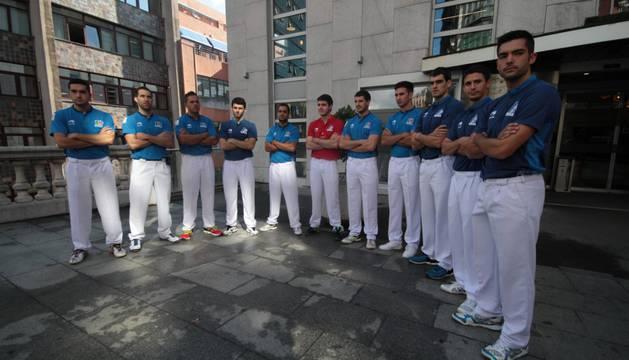 Los pelotaris de Aspe y Asegarce durante la presentación del torneo que tuvo lugar ayer en Bilbao.