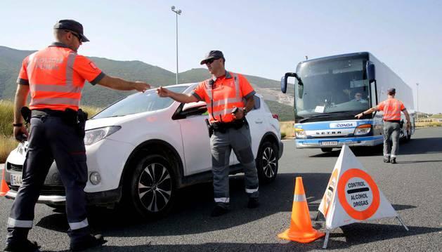Agentes de la Policía Foral, durante la realización de un control de alcohol y drogas junto al peaje de Imárcoain.