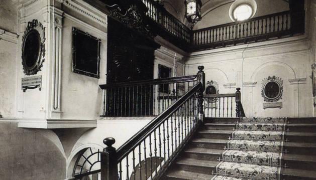 Imagen de la antigua Casa Consistorial, la demolida en el año 1951 (salvo la fachada). En la segunda planta, donde se encontraba el despacho del alcalde, aparecen cuatro de los retratos reales.