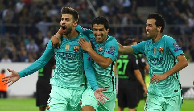 Piqué, Luis Suárez y Busquets celebran el segundo gol del Barça.