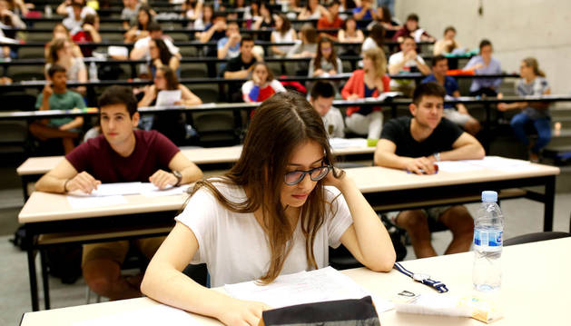 Varios alumnos navarros en los últimos exámenes de Selectividad.