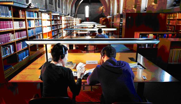 Una performance ofrece en tres bibliotecas un viaje en pareja por la imaginación