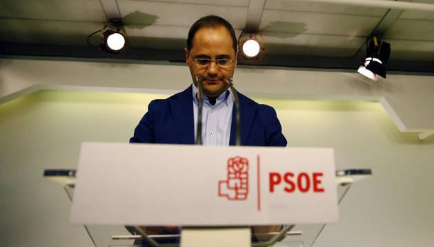 El secretario de Organización del PSOE, César Luena, en la rueda de prensa tras la dimisión de 17 miembros de la dirección del partido.