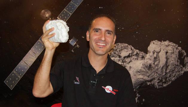 Miguel Pérez Ayúcar, fotografiado en 2014 con una réplica del cometa 67P/Churiumov-Guerasimenko.