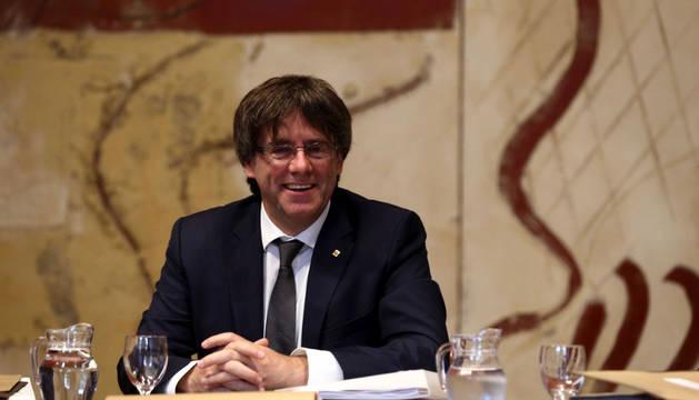 El presidente de la Generalitat, Carles Puigdemont, durante la reunión semanal del gobierno catalán, a 24 horas de someterse en el Parlament a la cuestión de confianza.