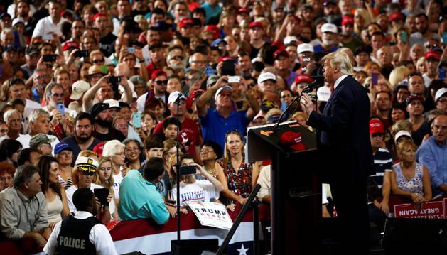 El candidato presidencial republicano EE UU, Donald Trump, se reúne con sus partidarios en el aeropuerto internacional de Melbourne, Florida.