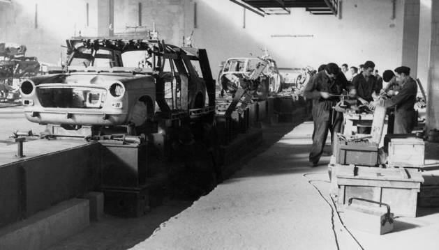 La plantilla de AUTHI elaboró los primeros Morris 1100 con técnicas casi artesanales.