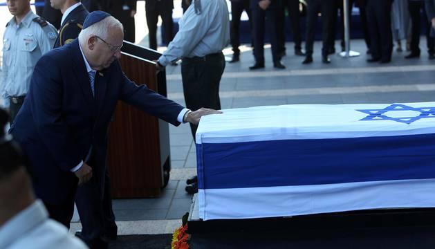 El féretro de Simón Peres llega al Parlamento