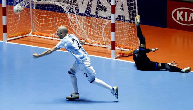 Damian Stazzone de Argentina celebra tras marcar un gol ante Portugal